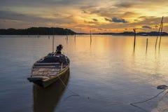 Il peschereccio galleggia sulla bella acqua crepuscolare Fotografie Stock