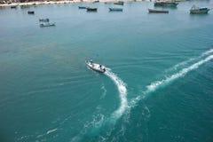 Il peschereccio nell'azione vicino all'oceano puntella immagini stock libere da diritti
