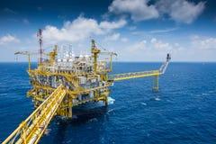 Il petrolio ed il gas che elaborano la piattaforma producendo il gas e l'acqua di olio hanno inviato alla raffineria ed alla pian Fotografia Stock