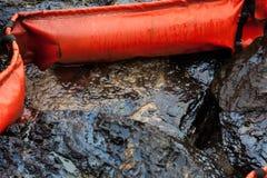 Il petrolio greggio sulla pietra Fotografie Stock Libere da Diritti