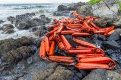 Il petrolio greggio sulla pietra della spiaggia ed il permesso rombano Fotografia Stock Libera da Diritti