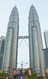 Il Petronas si eleva (Kuala Lumpur, la Malesia) Immagini Stock Libere da Diritti