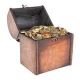 Il petto di legno dei soldi ha riempito di monete isolate sopra bianco Immagini Stock