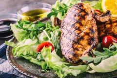 Il petto di pollo arrostito nelle variazioni differenti rispetto alle erbe dei funghi dei pomodori ciliegia dell'insalata della l Immagine Stock Libera da Diritti