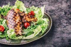 Il petto di pollo arrostito nelle variazioni differenti rispetto alle erbe dei funghi dei pomodori ciliegia dell'insalata della l Fotografia Stock Libera da Diritti