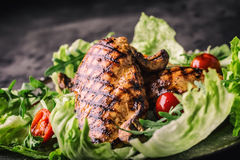 Il petto di pollo arrostito nelle variazioni differenti rispetto alle erbe dei funghi dei pomodori ciliegia dell'insalata della l Immagine Stock