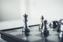 Il pezzo degli scacchi di re con scacchi altri Fotografie Stock Libere da Diritti