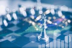 Il pezzo degli scacchi di re con scacchi altri vicino va giù dal concetto di galleggiamento del gioco da tavolo dell'affare Fotografia Stock