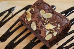 Il pezzo del primo piano di brownie agglutina sulla tavola di legno Fuoco selettivo Fotografie Stock Libere da Diritti