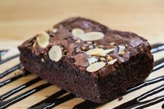 Il pezzo del primo piano di brownie agglutina sulla tavola di legno Fuoco selettivo Fotografia Stock Libera da Diritti