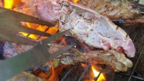 Il pezzo di bistecca dell'agnello ha lanciato sulla griglia video d archivio