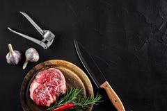 Il pezzo di filetto di manzo, con il coltello per il taglio e lo spezzettamento della carne a pezzi, spezie stava cucinando - i r Fotografia Stock