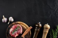 Il pezzo di filetto di manzo, con il coltello per il taglio e lo spezzettamento della carne a pezzi, spezie stava cucinando - i r Immagini Stock Libere da Diritti