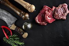 Il pezzo di filetto di manzo, con l'ascia per il taglio e lo spezzettamento della carne a pezzi, spezie stava cucinando - rosmari Immagini Stock