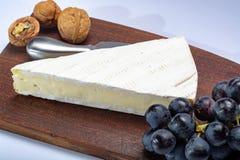 Il pezzo di francese morbido ha maturato il brie bianco del formaggio del latte di vacca della muffa pro fotografia stock