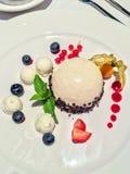 Il pezzo di torta di formaggio è servito con il gusto in un ristorante di lusso dell'alta società Fotografia Stock