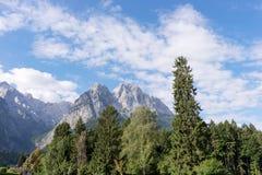 Il più alta montagna di Zugspitze Germanie veduta dal villaggio Grainau Immagine Stock