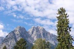 Il più alta montagna di Zugspitze Germanie veduta dal villaggio Grainau Fotografia Stock Libera da Diritti