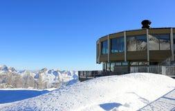 Il più alto ristorante di giro del mondo Ghiacciai di trascuratezza e gli più alti picchi delle alpi svizzere Immagini Stock