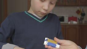 Il più giovane ragazzo aiuta l'anziano a raccogliere il progettista stock footage