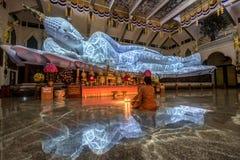 Il più grande nirvana di marmo bianco Buddha con la struttura da illuminazione Immagine Stock Libera da Diritti