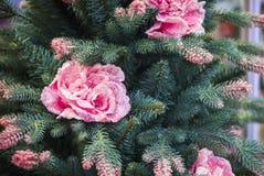 Il più nuovo albero di Natale artificiale moderno con i fiori ed i rami innevati rosa Decorazione di natale immagini stock