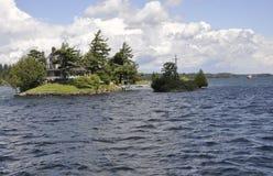 Il più piccolo ponte fra il Canada ed il confine degli Stati Uniti da mille arcipelaghi delle isole Fotografia Stock Libera da Diritti