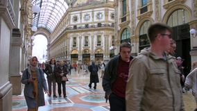 Il più vecchio centro commerciale, galleria Vittorio Emanuele II video d archivio