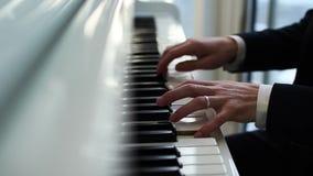 Il pianista gioca il piano, dita investe le chiavi, giochi del musicista la melodia stock footage