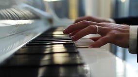 Il pianista gioca la fine del piano su archivi video