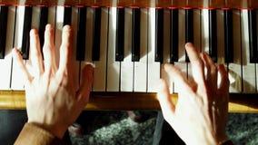 Il pianista gioca un piano Le mani si chiudono in su 4K Pianoforte a coda conosciuto archivi video