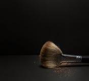 Il piano arrossisce spazzola con arrossisce su, polvere sciolta e lo scintillio arrossisce, su fondo nero Immagini Stock Libere da Diritti