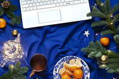 Il piano blu del nuovo anno di Natale mette sulla coperta del letto con la tastiera del computer portatile immagini stock libere da diritti