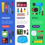 Il piano compone i cosmetici degli strumenti, la mascara e l'insieme di Vecrtical dell'insegna di Brushe Vettore Fotografie Stock Libere da Diritti