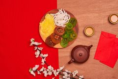 Il piano concettuale pone l'alimento cinese del nuovo anno e beve la natura morta immagine stock