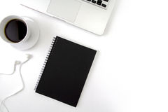 Il piano creativo pone la foto dello scrittorio dell'area di lavoro con il computer portatile, Immagini Stock Libere da Diritti