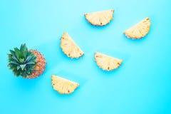 Il piano creativo pone la progettazione esotica della frutta dell'estate, fetta dell'ananas sopra Fotografia Stock
