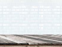 Il piano d'appoggio di legno diagonale vuoto a bianco vago piastrella w ceramico Immagine Stock