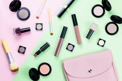 Il piano dei prodotti di bellezza e degli accessori di modo mette sul fondo pastello Immagine Stock
