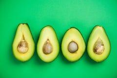 Il piano dell'avocado mette sul fondo pastello verde fotografia stock libera da diritti