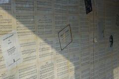 Il piano della carta da parati del personale di musica nota stagionato giallo nero bianco di Old Famous Songs dell'insegnante di  royalty illustrazione gratis