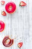 Il piano delle guarnizioni di gomma piuma del cioccolato e della fragola mette sul modello di legno di vista superiore del fondo Fotografia Stock Libera da Diritti