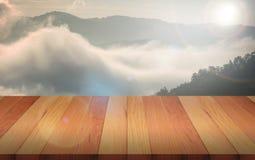 Il piano di appoggio e l'estratto di legno superiori vuoti hanno offuscato il fondo Na fotografia stock libera da diritti