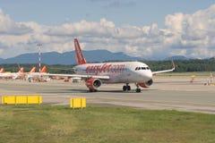 Il piano di Boeing 737-800 della compagnia aerea di EasyJet ha limitato la linea aerea sopra sulla pista di rullaggio dell'aeropo fotografie stock libere da diritti