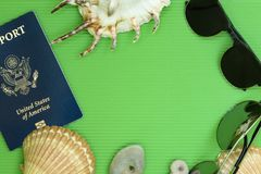 Il piano di viaggio pone i passaporti degli Stati Uniti con gli occhiali da sole ed i mari Fotografia Stock