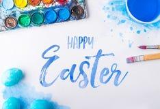 Il piano felice di Pasqua mette su un fondo bianco fotografia stock libera da diritti
