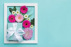 Il piano floreale pone il concetto minimo con il presente meravigliosamente avvolto Giorno felice del `s della madre Immagine Stock