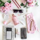 Il piano Girly pone con differenti accessori Rosa, rosa, bianco, nero immagini stock