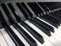 Il pianoforte a coda di concerto chiude a chiave il fondo del manifesto del primo piano Fotografia Stock
