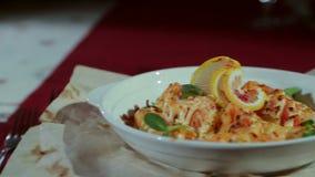 Il piatto al ristorante archivi video